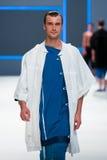 Un modèle marche la piste pour la collection de label de blâme à la semaine 2015 de mode de 080 Barcelone Photo libre de droits