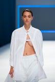 Un modèle marche la piste pour la collection de label de blâme à la semaine 2015 de mode de 080 Barcelone Image libre de droits