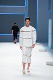 Un modèle marche la piste pour la collection de label de blâme à la semaine 2015 de mode de 080 Barcelone Images libres de droits