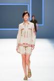 Un modèle marche la piste pour la collection de Lebor Gabala à la semaine 2015 de mode de 080 Barcelone Images libres de droits