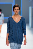 Un modèle marche la piste pour la collection de Lebor Gabala à la semaine 2015 de mode de 080 Barcelone Image stock