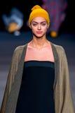 Un modèle marche la piste pour la collection de Naulover à la semaine de mode de 080 Barcelone Photo libre de droits