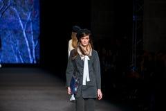 Un modèle marche la piste pour la collection de Sita Murt à la mode de 080 Barcelone Image libre de droits