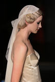 Un modèle marche piste à l'exposition de piste de Johanna Johnson pendant la collection nuptiale de l'automne 2015 Photographie stock libre de droits