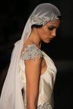 Un modèle marche piste à l'exposition de piste de Johanna Johnson pendant la collection nuptiale de l'automne 2015 Photos stock