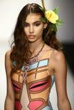 Un modèle marche piste dans l'habillement de bain de concepteur pendant le défilé de mode de Koco Blaq Images stock