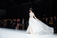 Un modèle marche piste dans la robe de Dany Tabet au défilé de mode de la vie de New York pendant l'automne 2015 de MBFW Photographie stock libre de droits