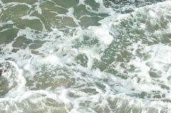 Un modello astratto di acqua bianca dalle onde di rottura Fotografia Stock Libera da Diritti