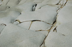 Un modello astratto si è formato dalle crepe in rocce Fotografia Stock