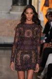 Un modello cammina la pista alla manifestazione di Emilio Pucci come parte di Milan Fashion Week Fotografie Stock Libere da Diritti