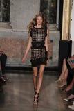 Un modello cammina la pista alla manifestazione di Emilio Pucci come parte di Milan Fashion Week Immagine Stock
