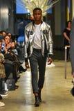 Un modello cammina la pista alla raccolta di CADUTA 2017 di Christopher Lowman Menswear Immagine Stock Libera da Diritti