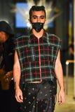 Un modello cammina la pista alla raccolta di Ryan Charlie Menswear Fall 2017 immagini stock