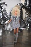 Un modello cammina la pista alla sfilata di moda di Blonds Fotografia Stock Libera da Diritti