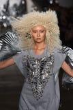 Un modello cammina la pista alla sfilata di moda di Blonds Immagini Stock