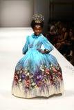 Un modello cammina la pista alla sfilata di moda di Nancy Vuu Fotografia Stock