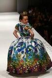 Un modello cammina la pista alla sfilata di moda di Nancy Vuu Fotografia Stock Libera da Diritti