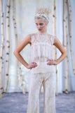 Un modello cammina la pista durante la raccolta nuziale di alte mode di Elizabeth Fillmore Fall /Winter 2016 Fotografia Stock