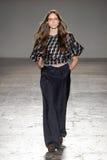 Un modello cammina la pista durante la sfilata di moda di Alberto Zambelli immagini stock libere da diritti