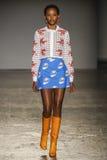 Un modello cammina la pista durante la sfilata di moda di Jour Le Jour dell'Au Immagini Stock