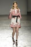 Un modello cammina la pista durante la sfilata di moda di Les Copains Immagini Stock