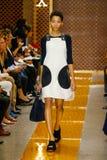 Un modello cammina la pista durante la sfilata di moda di Sportmax immagine stock libera da diritti