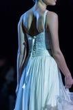 Un modello cammina la pista durante le quattordicesime nozze dell'Expo della sfilata di moda Immagine Stock
