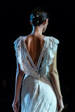 Un modello cammina la pista durante le quattordicesime nozze dell'Expo della sfilata di moda Immagini Stock Libere da Diritti