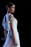 Un modello cammina la pista durante le quattordicesime nozze dell'Expo della sfilata di moda Immagini Stock