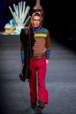 Un modello cammina la pista per la raccolta di Manuel Bolano ai 080 Barcellona Immagine Stock