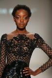Un modello cammina la pista in una progettazione da Patricia Bonaldi alla sfilata di moda di vita di New York durante la caduta 2 immagine stock