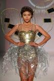 Un modello cammina la pista in una progettazione dalla LY Qui Khanh alla sfilata di moda di vita di New York durante la caduta 20 Immagini Stock