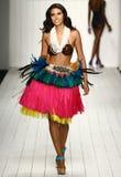 Un modello cammina pista in abito di nuotata del progettista durante la sfilata di moda di Koco Blaq Fotografie Stock Libere da Diritti
