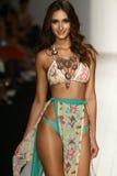 Un modello cammina pista in abito di nuotata del progettista durante la sfilata di moda di Koco Blaq Fotografia Stock Libera da Diritti