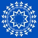 Un modello circolare di bianco su un fondo blu Fotografia Stock Libera da Diritti