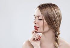 Un modello con le spalle nude, occhi abbassati con i cigli lunghi Fotografia Stock