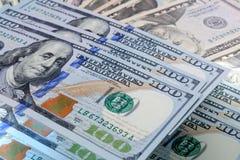 Un modello di cento mucchi delle banconote in dollari Immagini Stock Libere da Diritti