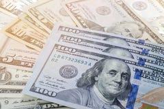 Un modello di cento mucchi delle banconote in dollari Fotografia Stock Libera da Diritti