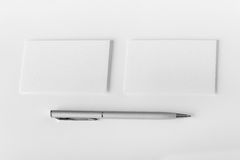 Un modello di due biglietti da visita e penne orizzontali a struttura bianca Fotografie Stock Libere da Diritti