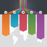 Un modello di Infographic di opzione differente cinque e una mappa di mondo con i punti di interesse e di un affare team la gente Fotografia Stock