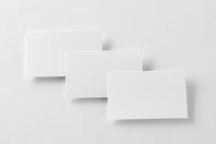 Un modello di una fila di tre biglietti da visita a backg di carta strutturato bianco Fotografie Stock