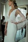 Un modello posa durante la presentazione nuziale della primavera di Marchesa/alte mode dell'estate 2018 Immagini Stock