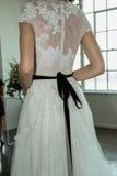 Un modello posa durante la presentazione nuziale della primavera di Marchesa/alte mode dell'estate 2018 Fotografia Stock