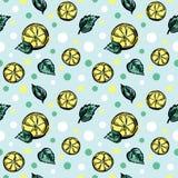 Un modello senza cuciture di vettore con i pezzi di limone e di foglie verdi illustrazione di stock
