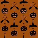 Un modello senza cuciture per il giorno di Halloween, con le zucche, una scopa e un cappello della strega Immagini Stock Libere da Diritti