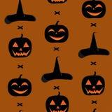 Un modello senza cuciture per il giorno di Halloween, con le zucche, una scopa e un cappello della strega Immagine Stock