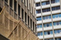 Un modello urbano delle costruzioni con le finestre enormi fotografie stock