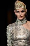 Un modelo camina la pista durante Blonds la semana de la moda de Nueva York de febrero de 2017 Fotografía de archivo libre de regalías