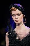 Un modelo camina la pista durante Blonds la semana de la moda de Nueva York de febrero de 2017 Imagen de archivo libre de regalías
