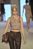 Un modelo camina la pista durante la demostración de Aigner como parte de Milan Fashion Week Imagenes de archivo
